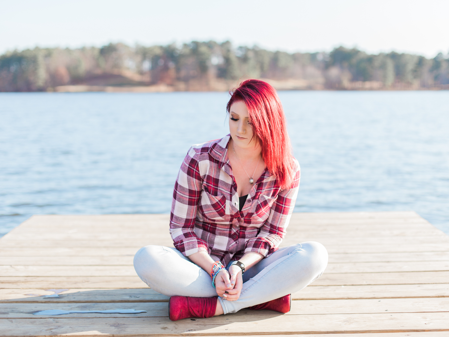 High school senior session at a lake at Acworth Beach at Cauble Park in Acworth, Georgia. Featuring edgy, flannel senior style and bright red layered hair! Photo by Kesia Marie Photography.